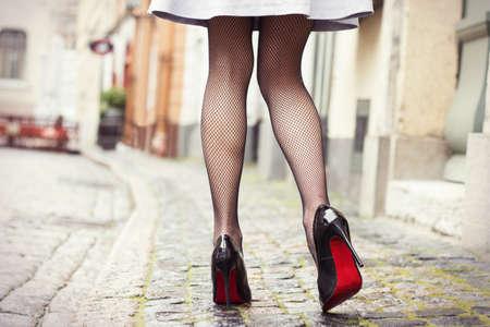 femme noire nue: Jambes sexy en noir chaussures � talons hauts Banque d'images
