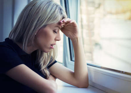 ojos tristes: Retrato de la mujer joven tensionada