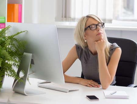 pensamiento creativo: Joven empresario soñar con ella el éxito empresarial