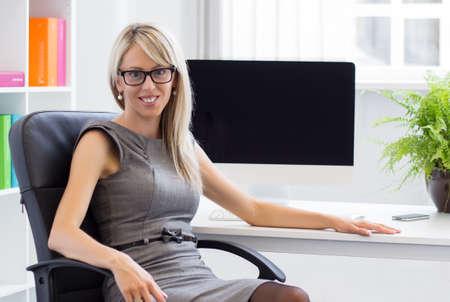 Portret van jonge vertrouwen zakenvrouw