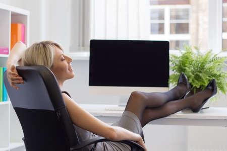 relajado: Mujer relajada disfrutando día exitoso en el trabajo