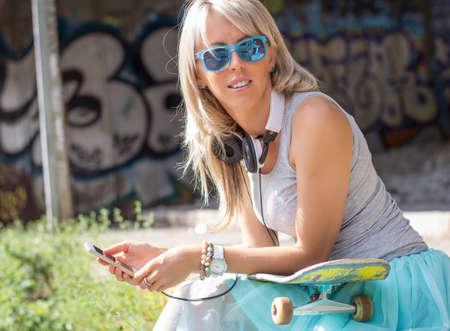 chilling out: Chica joven de moda relajarse al aire libre Foto de archivo