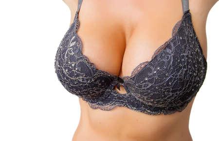 tetas: Mujer curvil�nea hermosa con los pechos grandes en sujetador negro aislados sobre fondo blanco