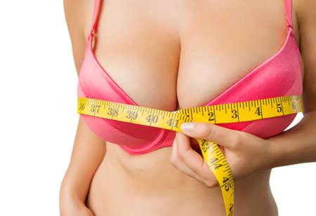 Mujer con grandes tetas medir su busto