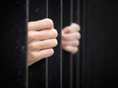 Prisonnier derrière les barreaux de la prison Banque d'images - 31257156