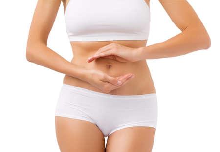 dolor de estomago: Mujer sana con las manos alrededor de su estómago