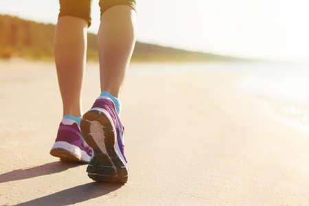 people jogging: Correr en la playa por la ma�ana temprano