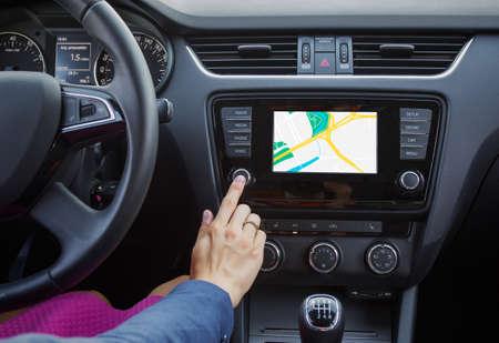 Vrouw met behulp van het navigatiesysteem tijdens het rijden van een auto