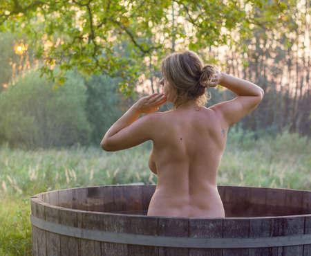 Hermosa mujer de relax en la bañera y tomar un baño