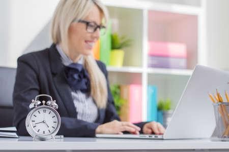 disciplina: Mujer que trabaja duro es siempre a tiempo en el trabajo