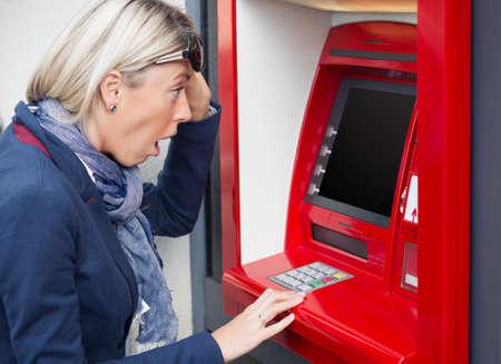 Geschokt vrouw op zoek naar haar rekening van de betalingsbalans Stockfoto - 32373128
