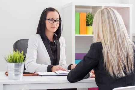 evaluacion: Mujer de negocios evaluar candidato de trabajo