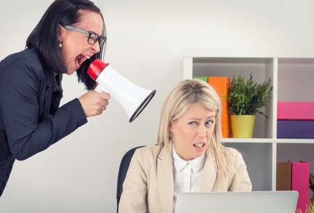 acoso laboral: Jefe enojado gritando a los empleados sobre el megáfono