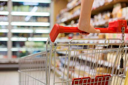Close-up foto van het winkelwagentje in de supermarkt