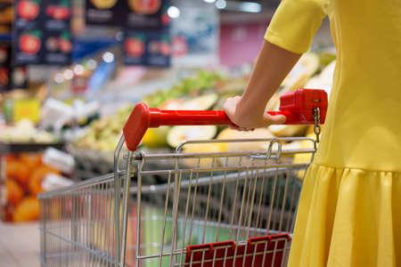 carro supermercado: Compras de la mujer en el supermercado en supermercado Foto de archivo