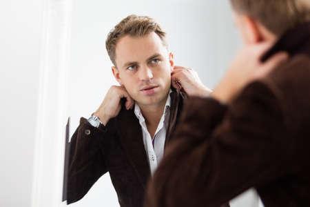 levantandose: Hombre joven confidente elegante mirándose en el espejo