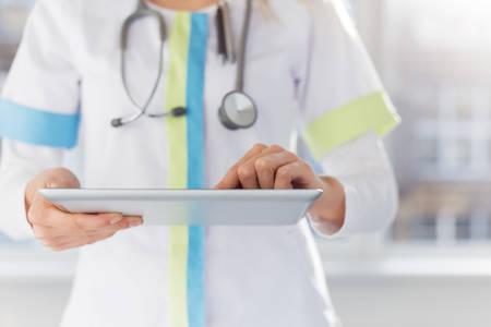 lekarz: Kobieta lekarz przy użyciu iPada w pracy w szpitalu