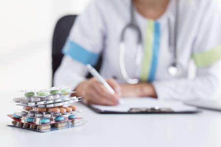 recetas medicas: Doctor que escribe muchas recetas de medicina Foto de archivo