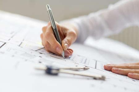 Ingenieur werken op blauwdruk Stockfoto