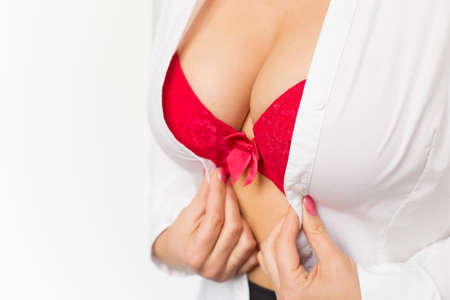 tetas: Mujer con los pechos grandes que desgasta el sujetador rojo y camisa blanca