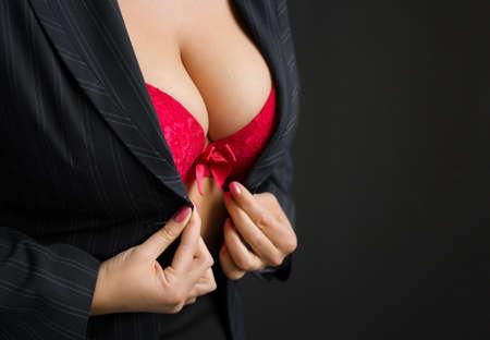 big boobs: Señora atractiva que desgasta el sujetador rojo Foto de archivo