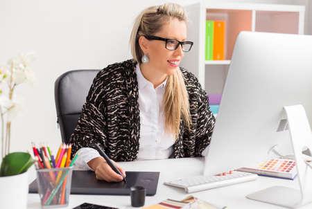 Computer kunstenaar met grafisch tablet tijdens het werken met de computer Stockfoto