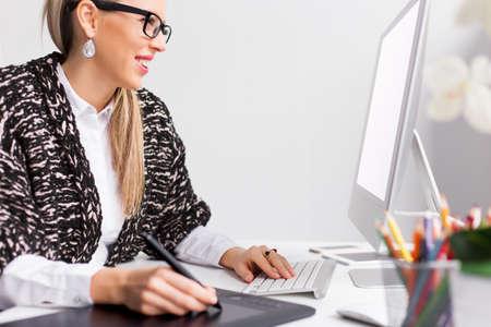 컴퓨터 작업 젊은 창조적 인 그래픽 디자이너