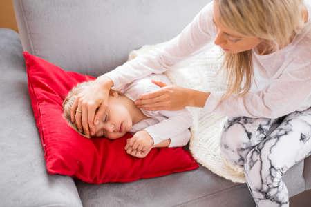 enfant malade: Mère avec son enfant malade à la maison