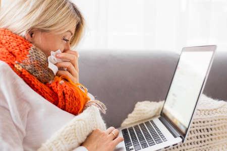 person sitting: Mujer enferma trabajar desde casa