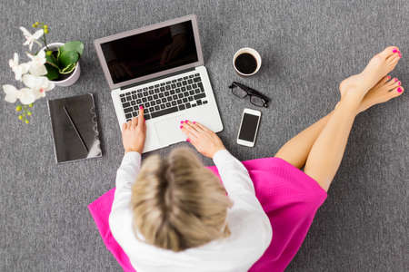 Creative mladá žena pracující s počítačem, pohled shora