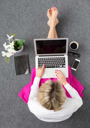 コンピューターで、働く女性上からの眺め 写真素材