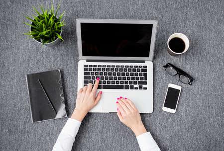 articulos oficina: Mujer profesional joven que trabaja con el ordenador
