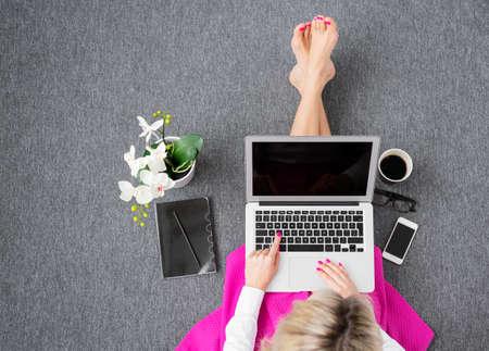 컴퓨터와 함께 작동하는 여자, 위에서보기 스톡 콘텐츠