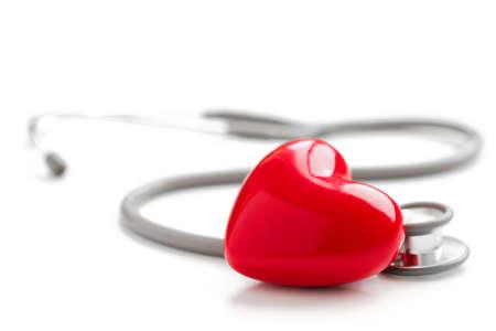 Stéthoscope et le coeur rouge isolé sur fond blanc