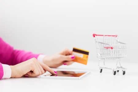 site web: Shopping using tablet computer