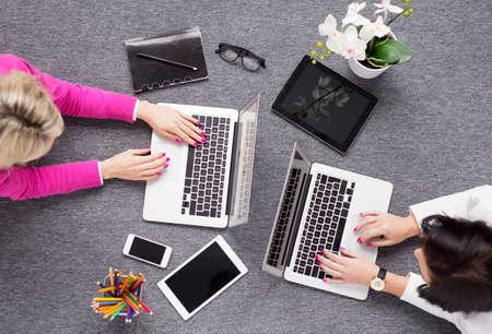mujeres juntas: Dos mujeres de trabajo creativo, ver desde arriba