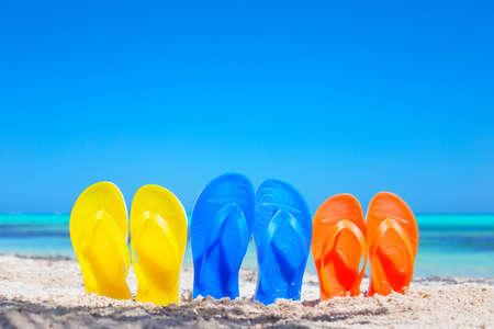 Kleurrijke strand slippers sandalen op het strand Stockfoto