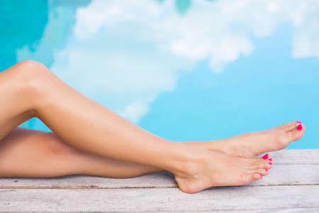 piedi nudi di bambine: Belle donne gambe da piscina