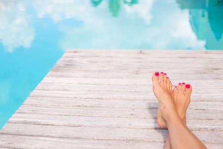 piedi nudi di bambine: Donna piedi nudi sul ponte di legno ai bordi della piscina Archivio Fotografico
