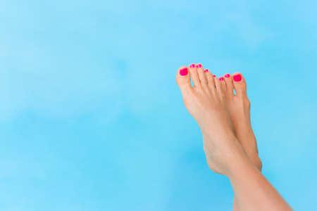 裸女性足青いプールの水の上