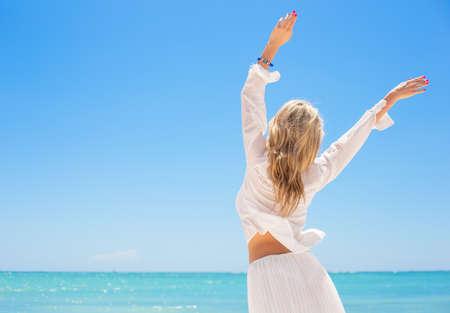 Femme heureuse en appréciant chaude journée d'été Banque d'images - 39639493