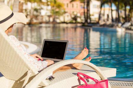natacion: Mujer que usa el ordenador portátil en la piscina Foto de archivo