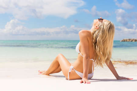 Woman relaxing on the beach Imagens