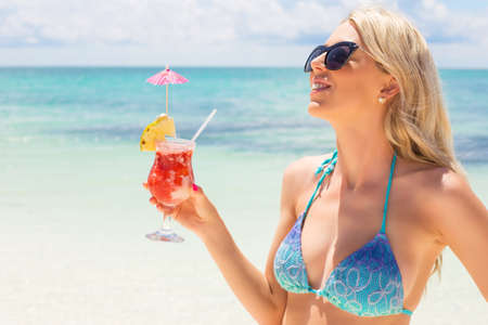 coctel margarita: Mujer feliz celebraci�n de c�ctel fresco y sabroso en la playa