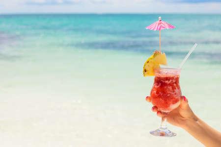 cocteles de frutas: Mujer celebración de cócteles en la playa tropical Foto de archivo