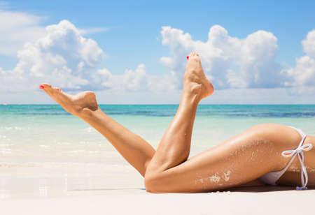 azul turqueza: Las mujeres atractivas piernas en la playa
