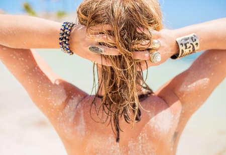 sonne: Blonde Frau mit sandfarbenem Haar am Strand