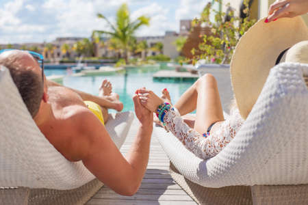 pareja durmiendo: Pareja disfrutando de vacaciones en el resort de lujo Foto de archivo