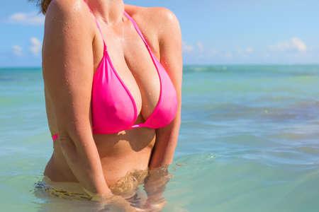 tetas: Mujer en bikini rosa Foto de archivo