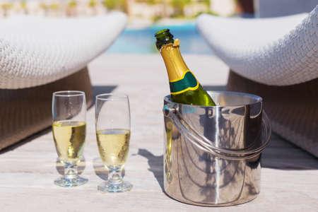 brindisi spumante: Bottiglia di Champagne in benna e due bicchieri di champagne Archivio Fotografico